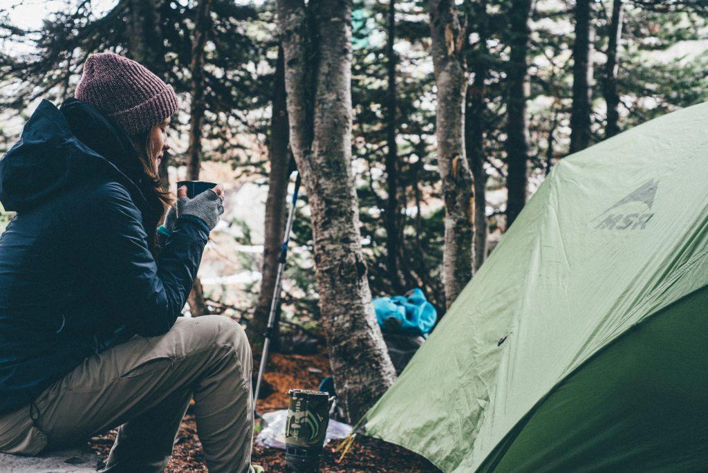 Le donne i trekking solitari