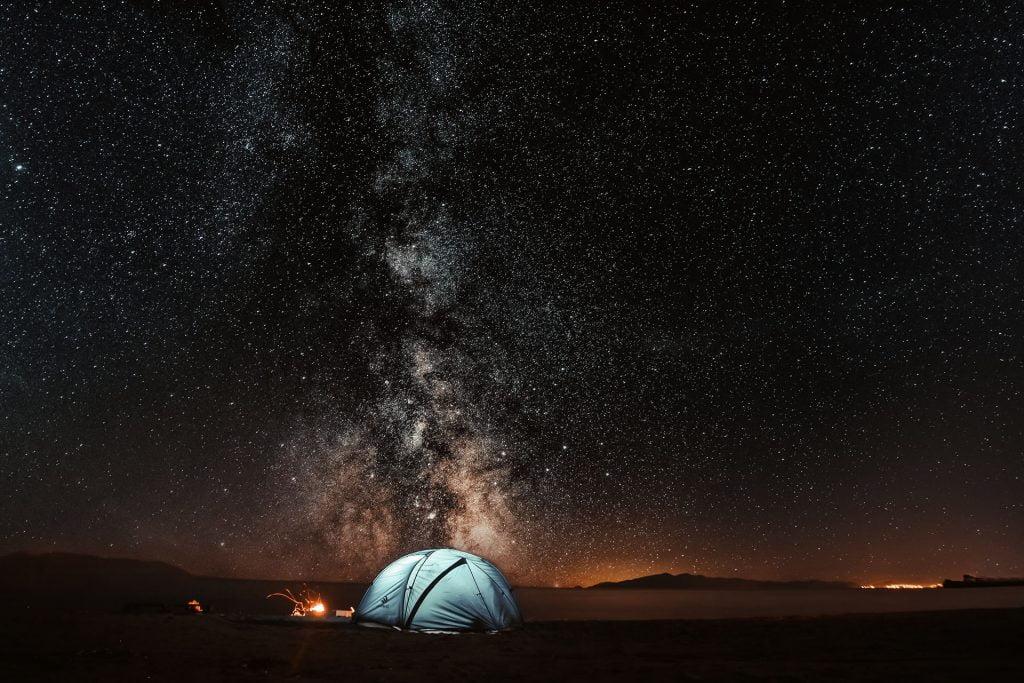 Tenda in una notte stellata