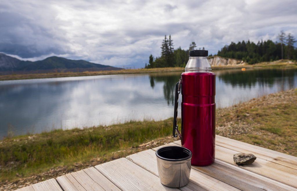 Tazza di caffè e borraccia termica