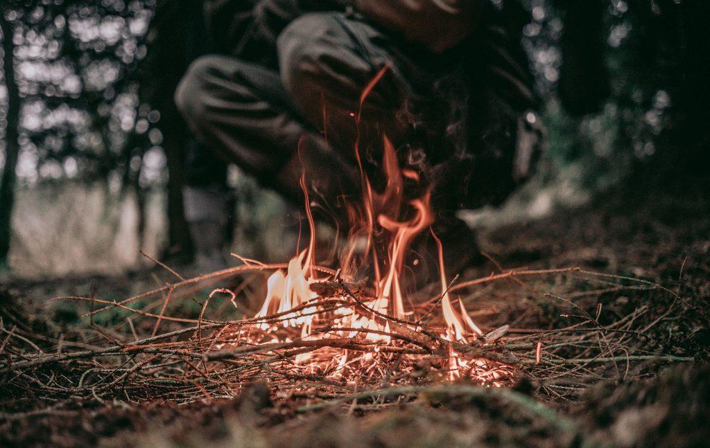 Accendere un fuoco e attrezzature essenziali
