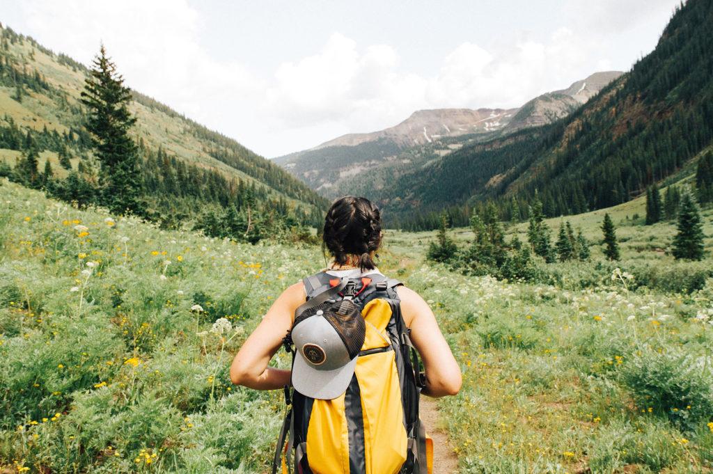 Donna che pratica il backpacking